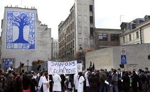 Plus de 200 chercheurs ont manifesté mardi devant le ministère de la Recherche à Paris, au moment où quelque 600 directeurs de laboratoires se réunissaient au Collège de France pour marquer leur désaccord avec l'évolution de la réforme de la recherche poursuivie par le gouvernement.