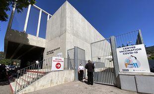 Le gymnase Sam Joubij dans le quartier de l'Ariane a été transformé en centre de vaccination le lundi 17 mai 2021