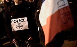 Une policière porte une cible pour dénoncer la violence que subissent les forces de l'ordre, à Viry-Châtillon, le 8 novembre 2016.