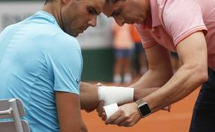 Rafael Nadal se fait soigner lors du tournoi de Roland Garros en 2018.