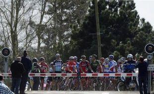 Des coureurs de Paris-Roubaix stoppés à un passage à niveau, le 12 avril 2015 à Wallers