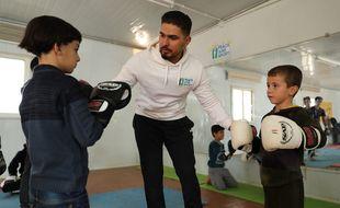 Ali en pleine séance de kickboxing avec des enfants.