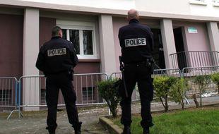 Des policiers devant un immeuble à Maurepas, à Rennes.