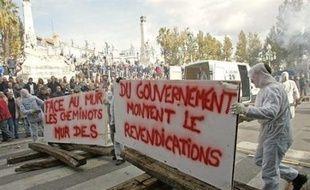 La grève à la SNCF et la RATP, qui a encore perturbé le trafic lundi, malgré une baisse de mobilisation des cheminots (26,2%), devrait continuer pour la 7ème journée consécutive mardi, alors que les fonctionnaires cesseront à leur tour le travail pour 24 heures.
