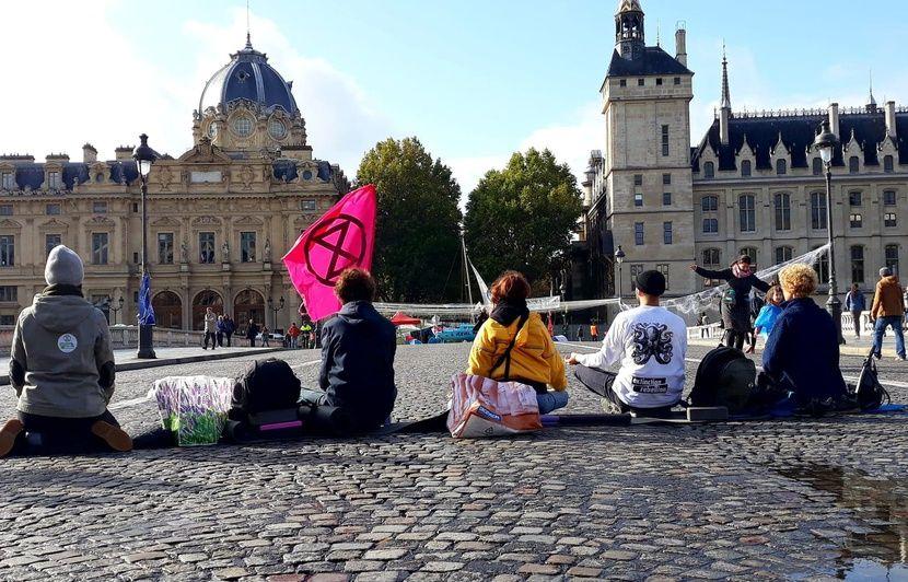 Extinction Rebellion : AG, yoga, désobéissance… Les « rebelles » tiennent toujours place à Paris