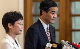 Le chef de l'exécutif Leung Chun-Ying (d), lors d'une conférence de presse, le 2 octobre 2014 à Hong Kong