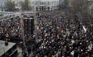 Plusieurs milliers de personnes ont manifesté dimanche après-midi à Budapest pour soutenir la radio d'opposition Klubradio, qui a récemment perdu sa fréquence suite à une décision du Conseil des médias, proche du gouvernement conservateur de Viktor Orban.