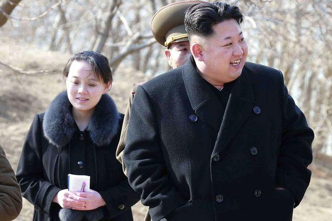 Kim Yo Jong derrière son frère Kim Jong lors d'une visite d'un site militaire en Corée du Nord, sur une photo datée de 2015 fournie par le gouvernement nord-coréen.