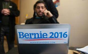 Un partisan de Bernie Sanders en campagne par téléphone le 1er février 2016 à Fort Madison dans l'Iowa