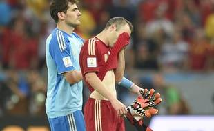 Iker Casillas et Andres Iniesta dépités après la défaite de l'Espagne face au Chili, le 18 jun 2014, à Rio.