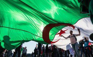 Des manifestants contre le régime de Bouteflika, brandissant le drapeau algérien, ici à Lyon.
