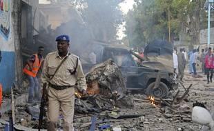 Un soldat somalien dans les décombres après un attentat aux véhicules piégés à Mogadiscio, le 28 octobre 2017.