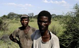 Après quinze ans d'une bataille sans merci entre les Bushmen San et l'Etat du Botswana, l'eau commence à revenir dans le Kalahari. Mais ce mince filet de vie n'est pas prêt d'inverser l'exode d'un peuple, dont la légendaire civilisation du désert semble appartenir désormais au passé.