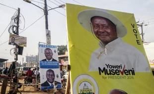 Affiches électorales du président sortant Yoweri Museveni et du chef de l'opposition  Kizza Besigye (G) le 11 février 2016 à Kampala