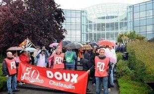 Le groupe volailler Doux (Père Dodu), leader européen du secteur, placé vendredi en redressement judiciaire, a évoqué mardi, selon les syndicats, de possibles licenciements lors d'un comité central d'entreprise (CCE) à son siège de Châteaulin (Finistère).