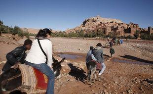 Des touristes sur des ânes dans la région de Ouarzazate, au Maroc.