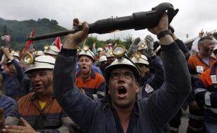 """Barricades, pneus et poubelles enflammées pour couper des routes, opérations """"ville morte"""" et manifestations: à Langreo comme dans d'autres villes d'Espagne, les mineurs ont crié leur colère lundi pour la journée de grève générale contre les coupes des aides au secteur."""