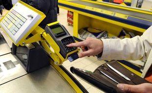 Une cliente règle ses achats dans un supermarchés, le 7 décembre 2010.
