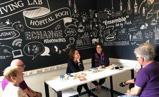 Ce Living lab propose un espace de rencontre entre personnels hospitaliers, patients et aidants, pour faire remonter les désirs, bugs et bonnes idées pour améliorer l'accueil et les soins à l'hôpital Foch.