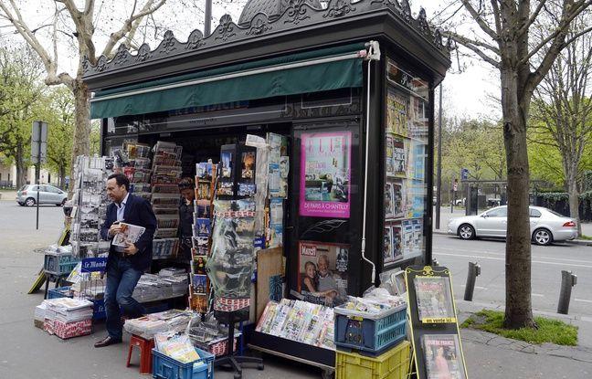 Un kiosque à journaux, à Paris,