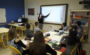 Des élèves migrants suivent un cours à Miramas