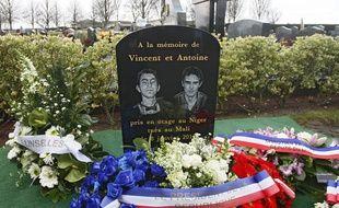 La stèle en hommage à Vincent et Antoine au cimetière de Linsellesn dans le Nord.