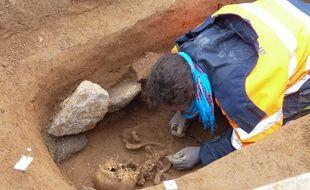 Lyon, le 14 octobre 2015. Les archéologues de l'Inrap ont mis au jour une grande nécropole sur un chantier en cours dans le quartier Saint-Irénée, sur la colline de Fourvière dans le 5e arrondissement. Six cents tombes datant du Ve au VIIe siècle de notre ère ont été découvertes.