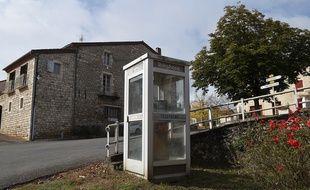 Une cabine téléphonique à Noailles, le 20 octobre 2015.
