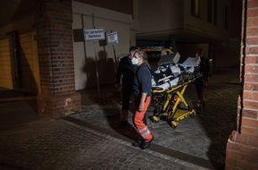 Des secouristes interviennent après la tuerie dans une clinique de Potsdam, le 28 avril 2021.