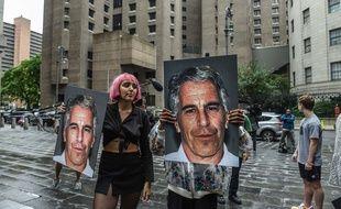 Le portrait de Jeffrey Epstein brandi par des manifestants  devant la prison de ew York ou était enfermé l'homme d'affaires américain, accusé de viols sur mineures, en juillet 2019.