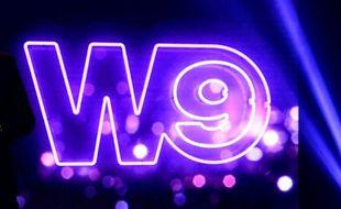 Le logo de W9, lors d'une conférence de presse, en 2017.