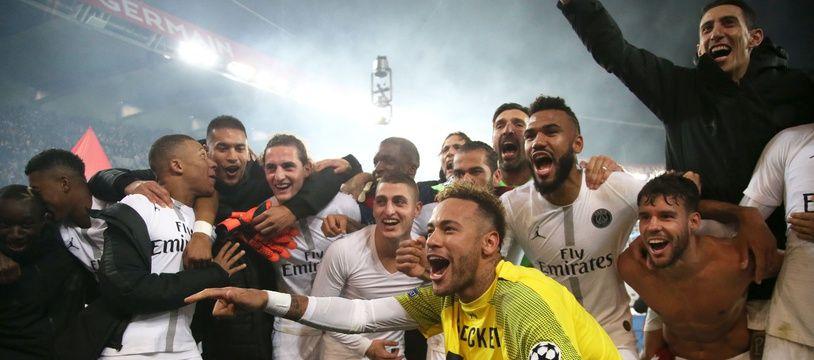 Neymar fête la victoire du PSG contre Liverpool au au milieu de ses coéquipiers, le 28 novembre 2018.