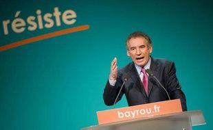 """Quatrième homme des sondages, François Bayrou, en meeting samedi soir à Toulouse, a voulu convaincre, à un moment qu'il juge """"crucial"""" de la campagne, les électeurs et responsables politiques mécontents ou indécis qu'il pouvait être l'homme du recours face à Hollande et Sarkozy"""