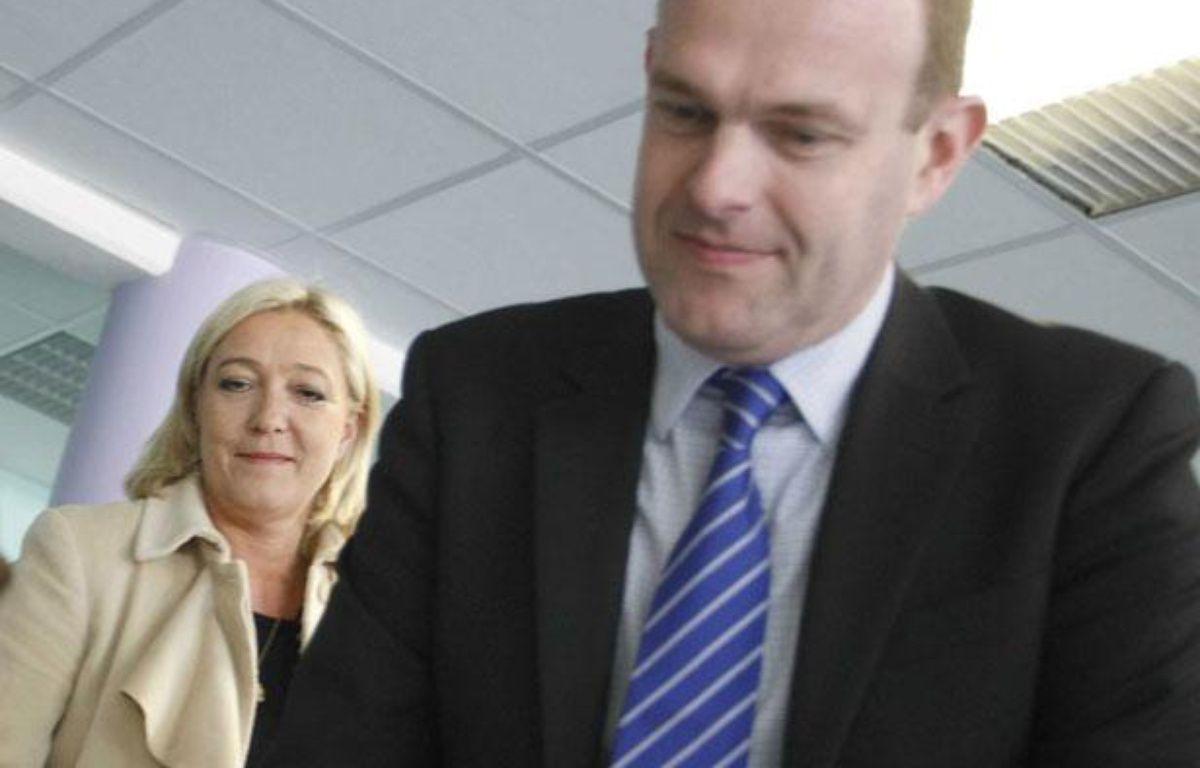 Steeve Briois (au premier plan), et Marine LePen,  lors du vote pour le second tour de l'élection cantonale 2011 à Hénin-Beaumont, le 27 mars 2011. – BAZIZ CHIBANE/SIPA