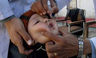 Un soignant donne le vaccin contre la polio à un enfant à Peshawar (Pakistan), le 18 février 2020.