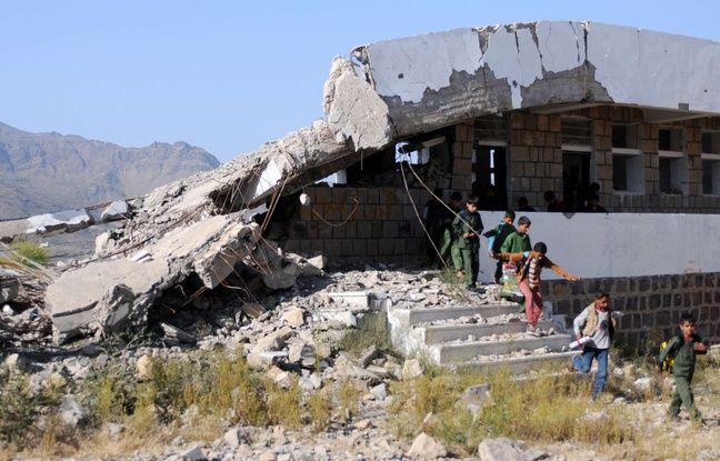 Des enfants jouent devant leur école détruite par des bombardements saoudiens.