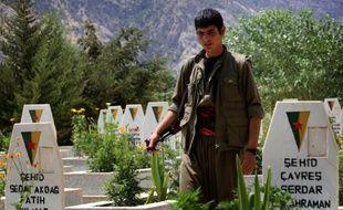 Un membre du PKK arpente le 29 juillet 2015 le cimetière des combattants kurdes, au pied des montagnes de Qandil, au nord de l'Irak