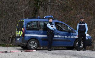 """Des gendarmes postés au """"Col de Marocaz"""" près de Cruet, là où Nordahl Lelandais a emmené les enquêteurs sur le site où ont été retrouvés les ossements d'Arthur Noyer.  JEAN-PIERRE CLATOT / AF"""