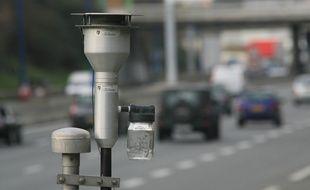 Pollution automobile. station de detection et d'analyse des polluants mise en place par l'ORAPIP. (Observatoire Regional de l'air en Midi Pyrenees.). Rocade.