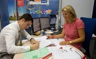 Signature d'un contrat auto dans un cabinet d'assurance.