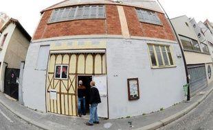 A Paris, les squats artistiques, espaces vides occupés à des fins de création, sortent peu à peu de l'illégalité grâce à des conventions avec la Ville qui leur permettent de disposer légalement et temporairement de bâtiments vides.