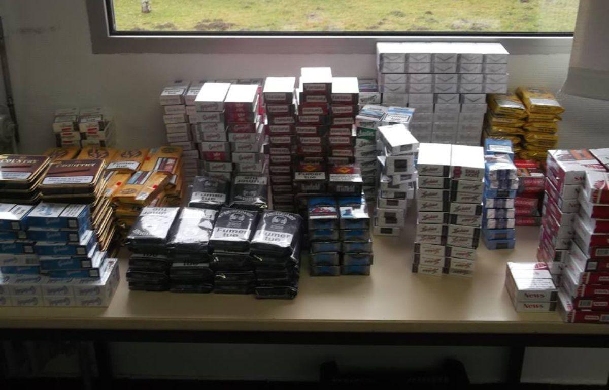 562 paquets de cigarettes et de tabac ont été retrouvés par les gendarmes dans un domicile d'Aurignac, en Haute-Garonne, le 4 janvier 2016. – RGMP
