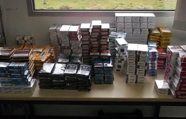 562 paquets de cigarettes et de tabac ont été retrouvés par les gendarmes dans un domicile d'Aurignac, en Haute-Garonne, le 4 janvier 2016.
