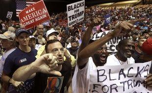 Un supporteur de Donald Trump portant un t-shirt Qanon, le 31 juillet 2018 à Tampa, en Floride.