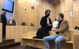 Rachid Hami et son avocat Me Jean-Guillaume Le Mintier ici lors du délibéré du procès Saint-Cyr. Jallal Hami était mort noyé en 2012 lors d'un exercice de bahutage.