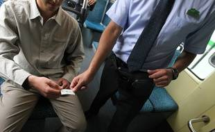 NANTES, le 03/07/2012 Un controle de billet dans un tram de la TAN