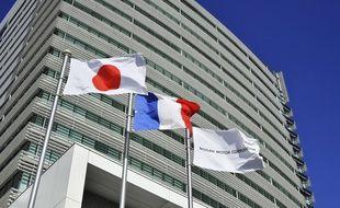 Les drapeaux japonais et français devant le siège de Nissan à Yokohama.