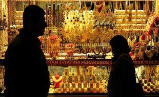 Des passants devant la devanture d'un bijoutier au Grand bazar d'Istanbul, le 14 janvier 2015