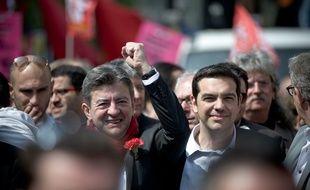 Jean-Luc Mélenchon, du Front de Gauche (à gauche) et Alexis Tsipras de Syriza (à droite), lors d'une manifestation contre l'austérité à Paris, le 12 avril 2014.