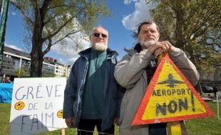Les enquêtes publiques relatives à la réalisation de l'aéroport contesté de Notre-Dame des Landes ont été prolongées de deux semaines, a annoncé mardi la préfecture de Loire-Atlantique.